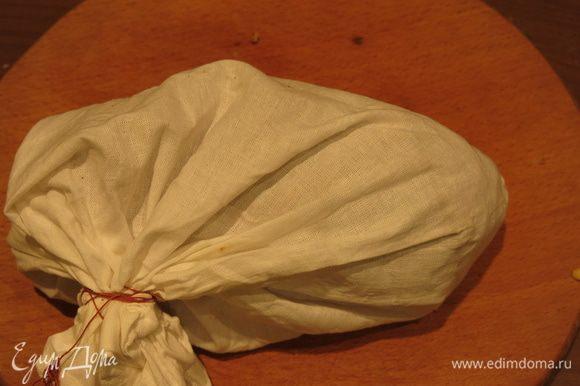 Помещаем колобок в мешок, завязываем так, чтобы оставалось пространство между тестом и тканью. Мешочек для похлебки не должен стираться с мылом или другими моющими, чтобы не изменился вкус блюда.