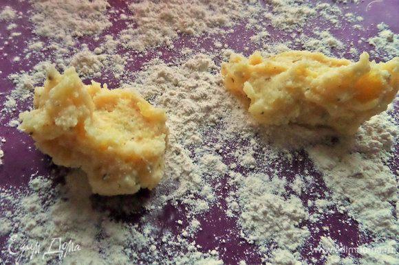 По ложке положить на муку картофельную массу.