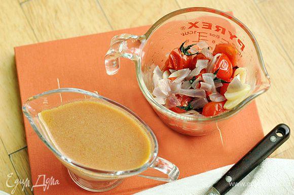 В отдельную посуду перелить бульон из кастрюли. В другую посуду переложить помидоры, лук, чеснок и перец. Они нам больше не понадобятся.