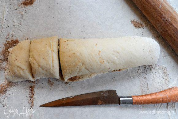 Способ 2: раскатываем тесто в прямоугольный пласт (берем кусок больше, чем для предыдущего способа). Посыпаем сахаром и корицей. Сворачиваем в рулет. Разрезаем его на кусочки. Их ширину можно делать какой угодно. Но удобнее всего — около 5 см.