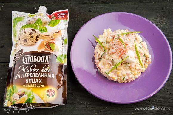 Сверху салат посыпать кедровыми орешками. Оставить на 30 минут, чтобы блюдо пропиталось.