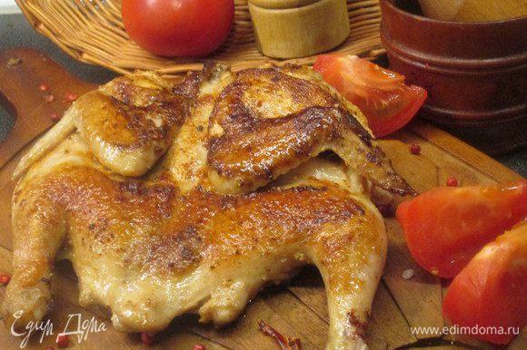Несколько раз переворачиваем курицу и доводим до готовности. Общее время жарки около 40 минут. Готово! Курочка яркая, как огонь, сочная ароматная и вкусная! Boun appetito!