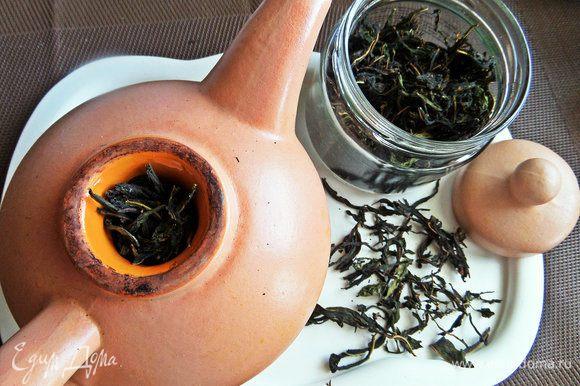 Иван-чай заготовлен летом. Насыпаем в глиняный чайник ложку высушенного чая.