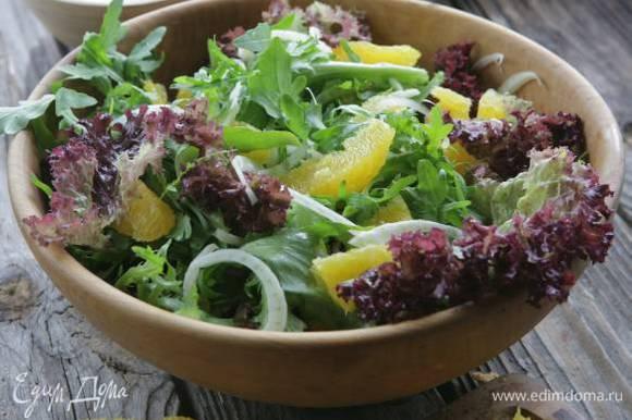 Соединить листья салата, фенхель и апельсин.