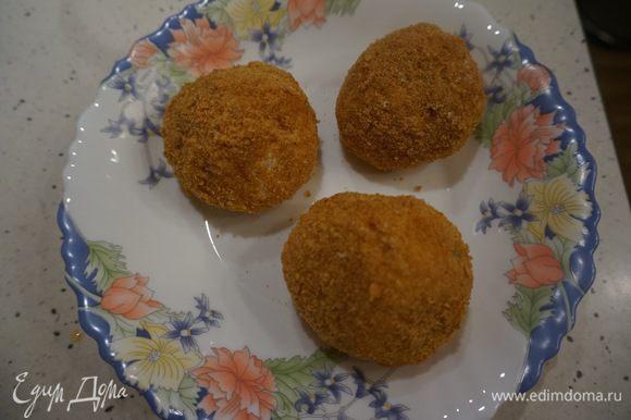 Шарики сначала обваляем в муке, затем в яичной смеси и в конце в панировке.