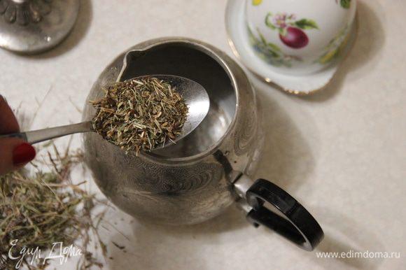 В заварочный чайник высыпаем сушеный измельченный зверобой.