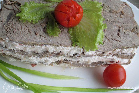 Вынимаем террин из холодильника, переворачиваем на блюдо, аккуратно снимаем пленку. Украшаем зеленью, помидорами или редисом.