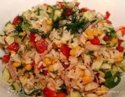 Рисовый салат с огурцами и сладкой кукурузой