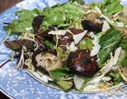 Зеленый салат с лесными грибами