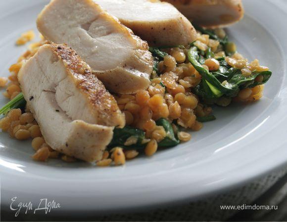 Курица-гриль с жареным шпинатом и чечевицей