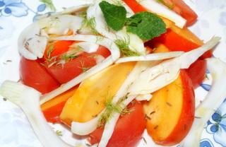 Рецепт Оригинальный салат с хурмой, помидором и фенхелем.