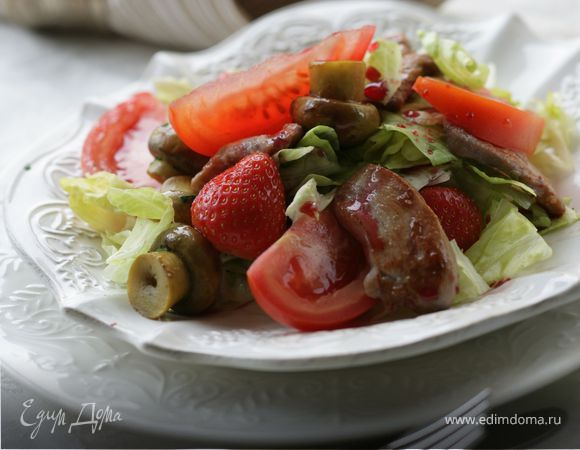 Салат с клубникой, маринованными грибами и куриным