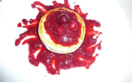Рецепт Сыр камамбер в ягодном соусе с вяленой вишней