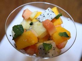 Салат с ананасом, манго и папайей