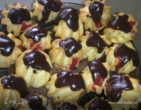 Профитроли с клубникой и шоколадом
