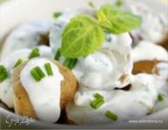 Салат с молодым картофелем под сметанным соусом
