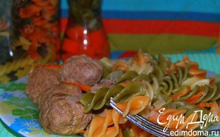 Рецепт Тефтели в сливочно-горчичном соусе с цветными макаронами