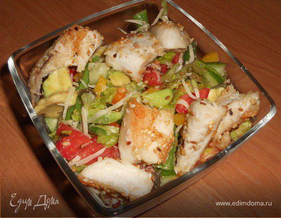 Овощной салат с авокадо и куриным филе