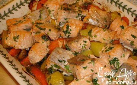 Рецепт Жареный лосось с морковью, грибами и молодым картофелем.
