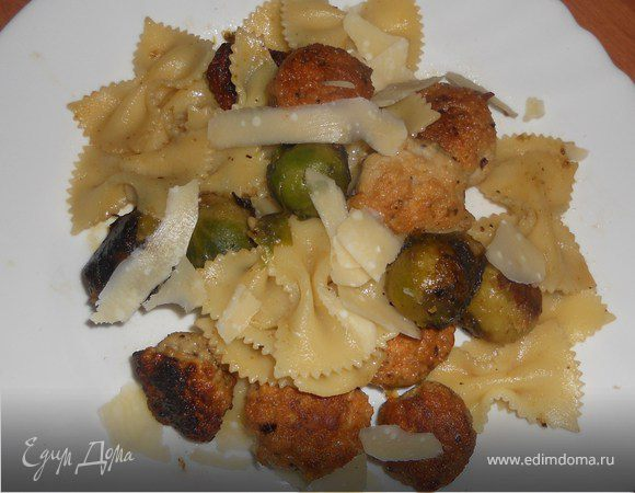 Теплый салат из пасты, брюссельской капусты и фрикаделек