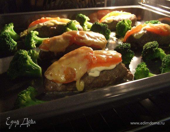 Мясные котлетки запеченые с овощами