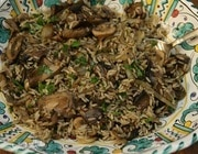 Теплый салат из бурого риса и грибов