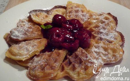 Рецепт Ароматные вафли с горячим сиропом из вишни и вишневой водки в вафельнице