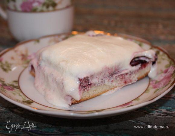 Десерт для сладкоежек (тонкие бисквитные коржи, жимолость, сливочный крем)