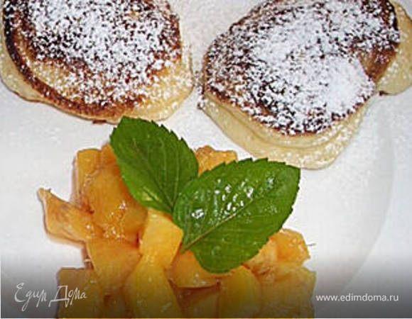 Творожные оладьи с персиковым соусом.