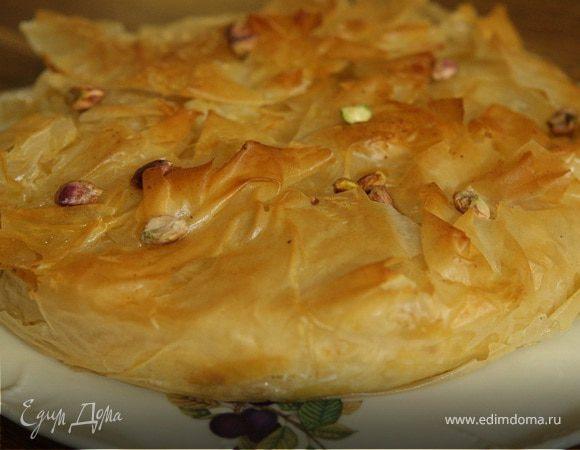 Пирог из фило с творогом, изюмом и орехами