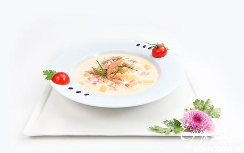 Рецепт Сливочная уха с копченой форелью и томатами