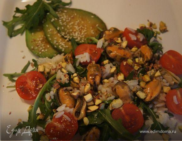 Салат с запеченным авокадо, мидиями и фисташками