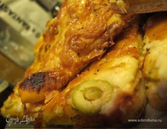 Домашняя пицца с семгой, оливками и орегано