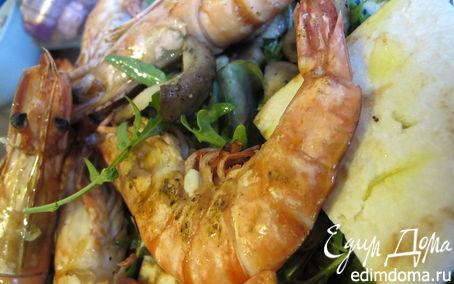 Рецепт Тигровые креветки с табаско, лимоном и чесноком на листовой подушке с теплой питой