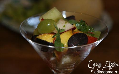 Рецепт Летний салат из винограда с персиком и дыней