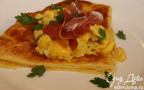 Рецепт Взбитые яйца с ветчиной и петрушкой на слоеном тесте