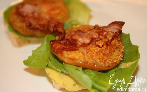 Рецепт Сэндвич с жареными помидорами, беконом и горчичным соусом
