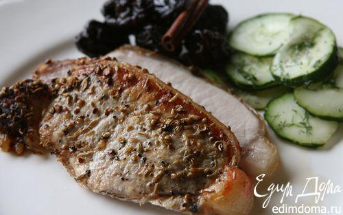 Рецепт Запеченная свинина с черносливом и огурцами