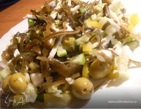 Овощной салат с морской капустой и кальмарами