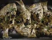 Рыба, запеченная с кедровыми орешками и изюмом