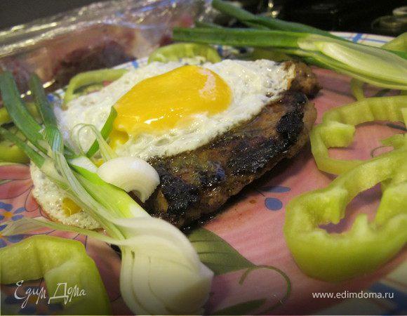 Молодая говядина с розовым перцем,греческими специями и яйцом