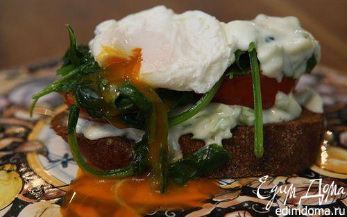 Рецепт Яйца пашот со шпинатом, помидорами и заправкой из йогурта
