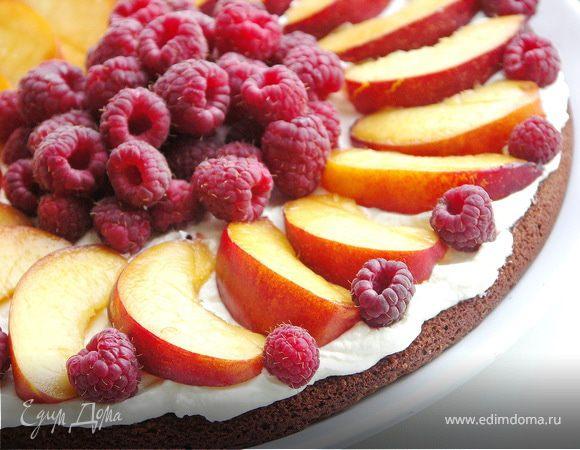 Шоколадный лёгкий торт с малиной и нектаринами.