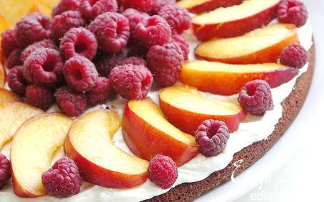 Рецепт Шоколадный лёгкий торт с малиной и нектаринами.