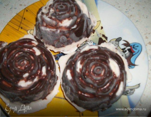 Шоколадные сырки с изюмом и клубникой