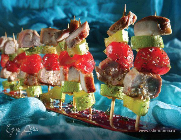 Мини-шашлыки «Сувлаки» из копченой свинины («Апаки»), помидоров черри и маринованных цукини
