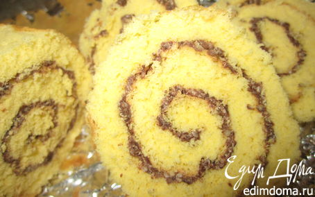 Рецепт Бисквитный рулет с шоколадно-миндальной прослойкой.