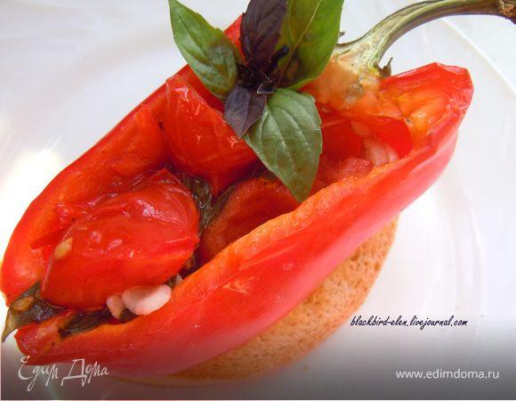 Запеченный болгарский перец с острым перцем и томатами