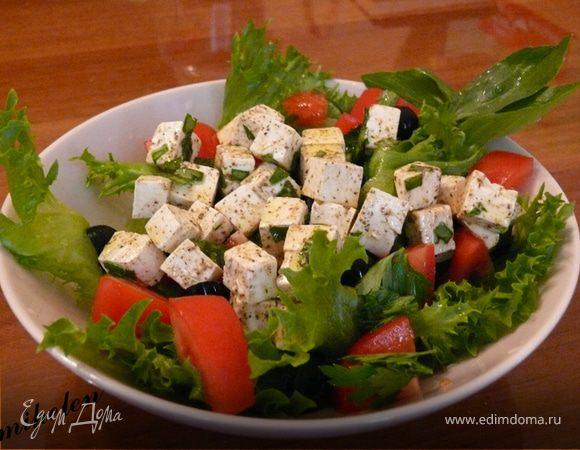 Греческий салат с маринованным сыром