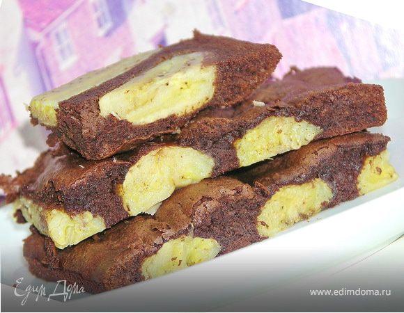 Шоколадное пирожное с бананами